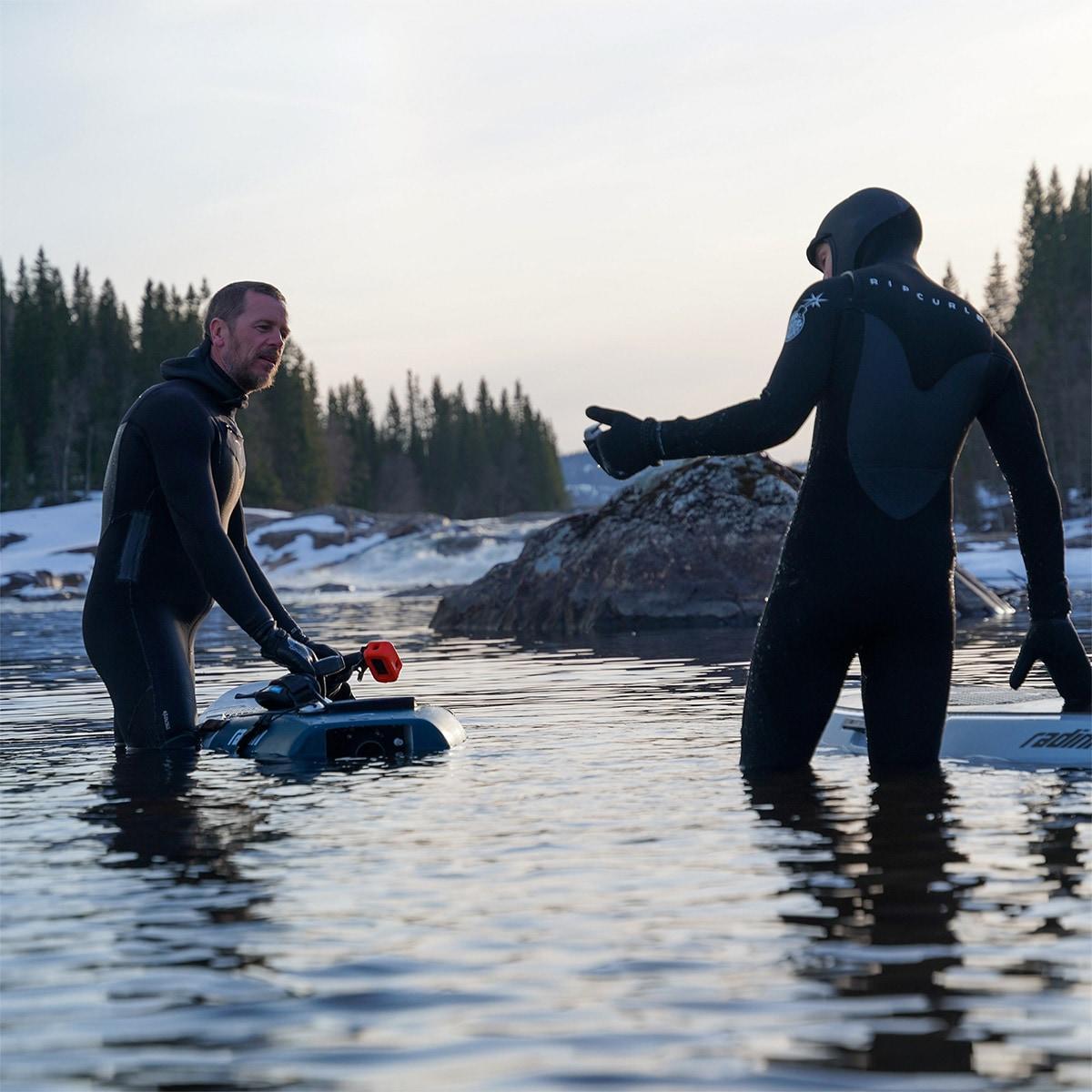 Resident Radinn border Magnus teaches Jesper Tjäder the ins and outs of the Carve.